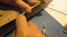Video guida per costruire un modello di veliero; montaggio portelli cannoni