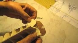 Video guida per costruire un modello di veliero; inserimento supporti per il primo fasciame