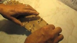 Video guida per costruire un modello di veliero; fissaggio del ponte di coperta